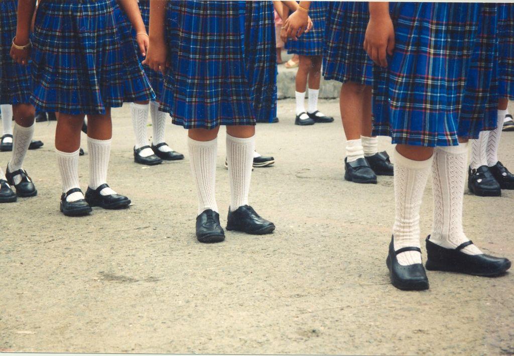 niñas escolarizadas con uniforme