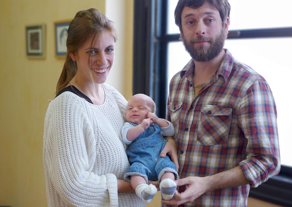 La madre y el bebé que resultaron beneficiados de la operación. A su lado, el padre de la criatura Fuente: Hospital Vall d'Hebron de Barcelona