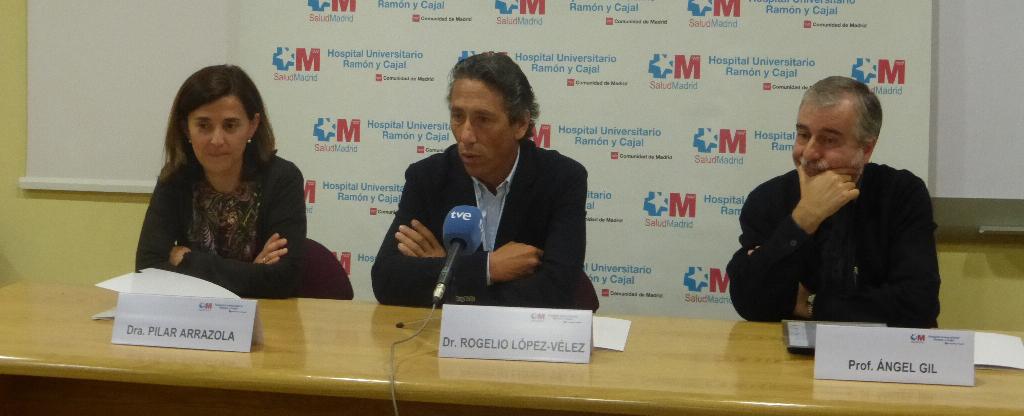 (De izq. a der.) los doctores Pilar Arrazola, Rogelio López-Vélez y el profesor Ángel Gil Fuente: Hospital Ramón y Cajal / Berbés Asociados