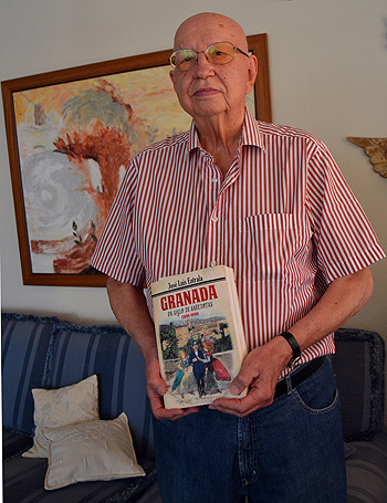 José Luis Entrala con su último libro, 'Granada, un siglo de anécdotas (1890-1990)' dedicado a la vertiente histórico-turística de Granada Fuente: José Luis Entrala