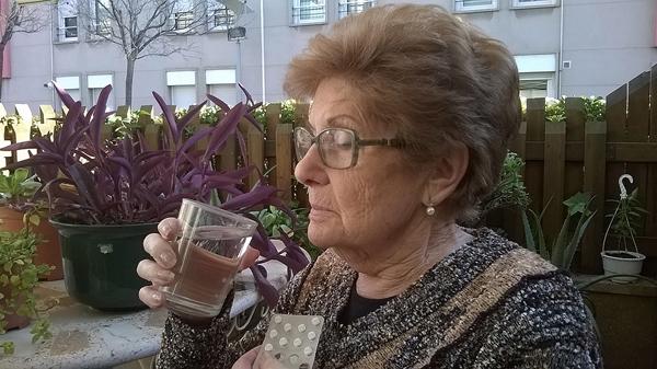 Quimeta Pina, a punto de tomarse su medicación para la HTA Fuente: www.farmacosalud.com