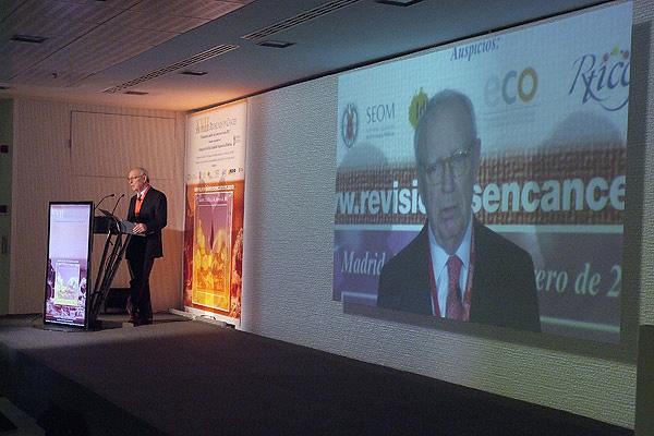 El profesor Eduardo Díaz-Rubio interviene en el XVII Simposio de Revisiones en Cáncer Fuente: Grupo Arán