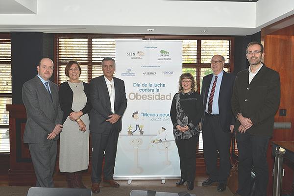 (de izq a dcha) Dr. Alberto Goday, vicepresidente de la SEEDO; Dra. Montserrat Romera, de la Junta Directiva de la SER-Reumatología; Dr. Manel Puig, presidente de la SEEN; Dra. Assumpta Caixàs, coordinadora del Área de Obesidad de la SEEN; Dr. Juan Nardi, presidente de la SECOT, y Dr. Joaquim Lluís Chaler, miembro de la Junta Directiva de la SERMEF Fuente: Berbés Asociados