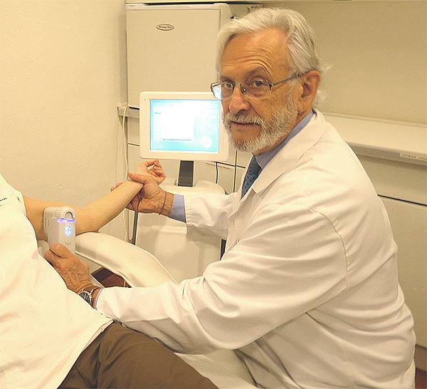 El Dr. Pierre Nicolau aplicando el sistema Ultra Lift HIFU a una paciente Fuente: Clínica Dr. Pierre Nicolau / bemypartner.es