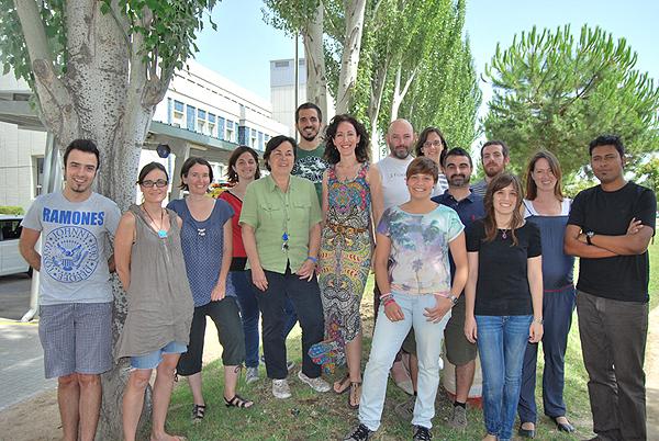 El grupo de la doctora Aurora Pujol (la Dra. Pujol, en el centro de la imagen con pelo largo y vestido de varios colores) Fuente: CIBER