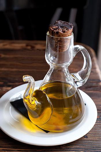 Una aceitera con aceite de oliva Autor/a de la imagen: jules / stone soup [derivative work: Ninrouter] Fuente: Wikimedia Commons