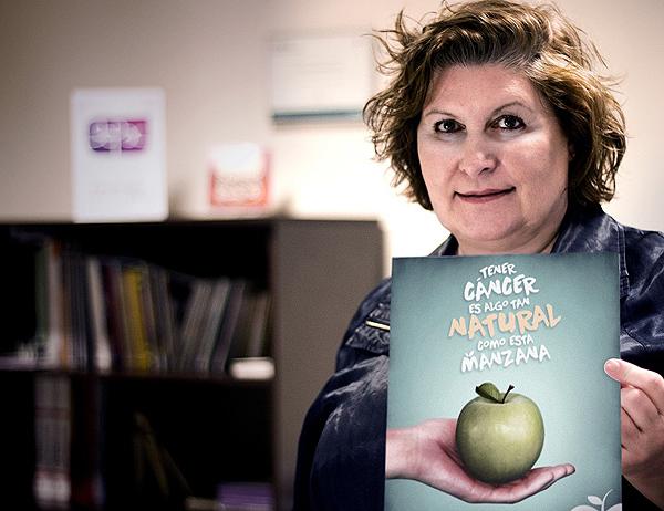 María Begoña Barragán con el cartel de GEPAC relativo a la campaña del Día Mundial Contra el Cáncer Fuente: GEPAC