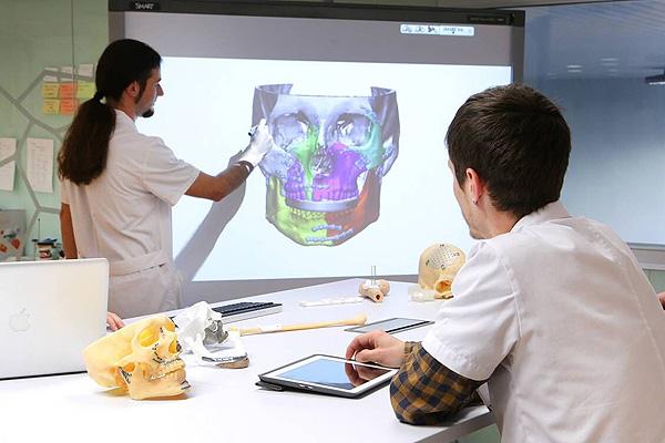 Proceso de elaboración de una prótesis maxilofacial a medida en el marco de la nueva plataforma digital de planificación [Desde Sergio Carabias (VHebron)] Fuente: Hospital Vall d'Hebron / Avinent