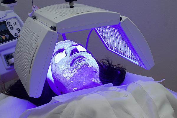 Escenas del tratamiento con luz de LED de longitud de onda múltiple en combinación con un gel fotoconversor Fuente: DermoMedic / LEO Pharma / Weber Shandwick
