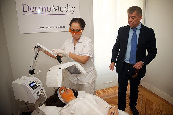 El Dr. López Estebaranz presentando la terapia biofotónica Fuente: DermoMedic / LEO Pharma / Weber Shandwick