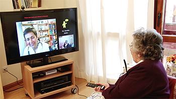 Una mujer con un mando a distancia Difusión de la imagen: Idemm Farma / P. Romero