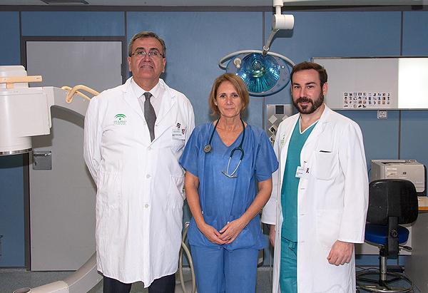 (de izq a dcha): doctores Antonio Pajuelo, Ana Díez e Isaac Peña Fuente: Hospital Universitario Virgen del Rocío