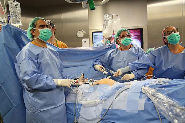 Los doctores José Luis Sánchez y Assumpció Pérez Benavente interviniendo Fuente: Hospital Universitario Vall d'Hebron