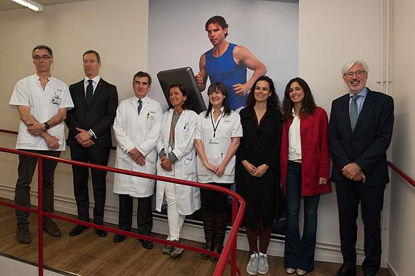 (cuarta por la izquierda) La doctora Graciela Martínez Pallí, junto a otros asistentes a la inauguración de la 'Sala de Prehabilitación Rafa Nadal' Fuente: Francisco Avia – Hospital Clínic