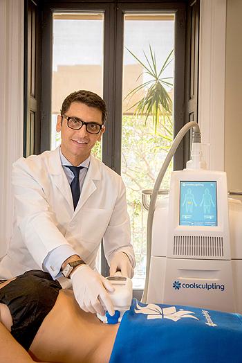 El doctor Carlos Jarne aplcando el nuevo tratamiento Fuente: Omnicom Public Relations Group-Agencia Ketchum / Allergan