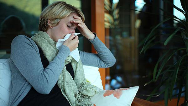 Una mujer con gripe Fuente: A.Vogel / COM SALUD