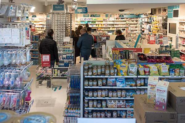 Interior de una farmacia Autor/a de la imagen: Enric Arandes Fuente: E. Arandes / www.farmacosalud.com