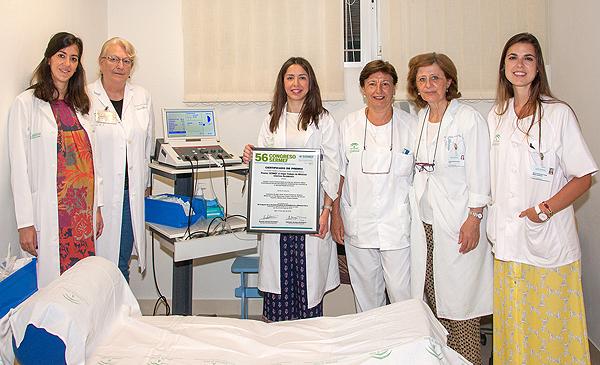 Posado con el premio recibido en el Congreso SERMEF Fuente: Hospital Virgen del Rocío