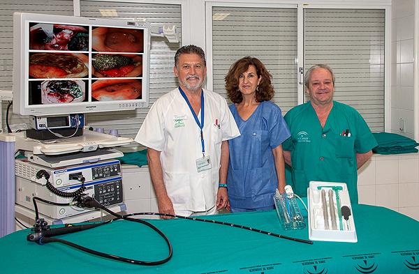 El doctor Salvador Sobrino Rodríguez (a la izq.), junto a otros expertos vinculados al uso de la endoesponja Fuente: Hospital Virgen del Rocío