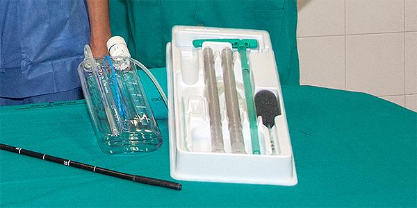 Detalle del bote de vacío (a la izq.) y de la endoesponja (el objeto negro de la derecha, muy parecido a un micrófono)