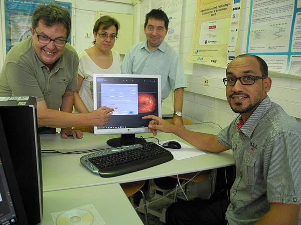 (de izq. a dcha): el Dr. Pere Romero y los investigadores Aïda Valls, Antonio Moreno y Emran Saleh Fuente: URV