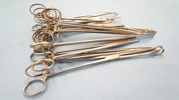 Pinzas Autor/a de la imagen: E. Arandes / www.farmacosalud.com Fuente: Gentileza del Hospital Sagrat Cor de Barcelona (Archivo de www.farmacosalud.com)