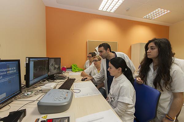 Profesionales trabajando en el área de Radioterapia Fuente: Hospital Virgen del Rocío