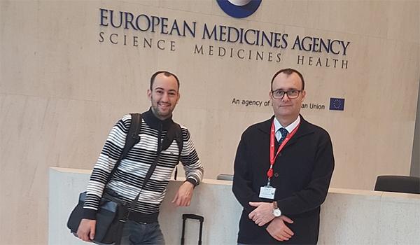 (de izq. a dcha): Jordi Minguillón y Jordi Surrallés en la sede de la Agencia Europea del Medicamento (EMA), en Londres Fuente: CIBERER / Centro de Investigación Biomédica en Red (CIBER) / Hospital de Sant Pau / UAB