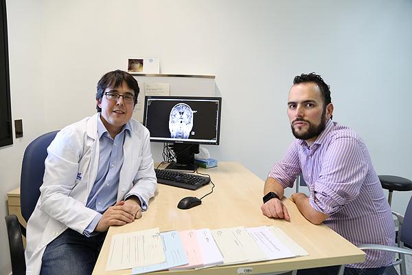 El Dr. Francisco Martínez Ricarte, con un paciente Fuente: Hospital Vall d'Hebron / VHIR