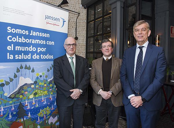 (de izq. a dcha): Drs. Luis Puig, Antonio Fernández y José Luis López Estebaranz Fuente: Janssen - Johnson & Johnson / Berbés Asociados