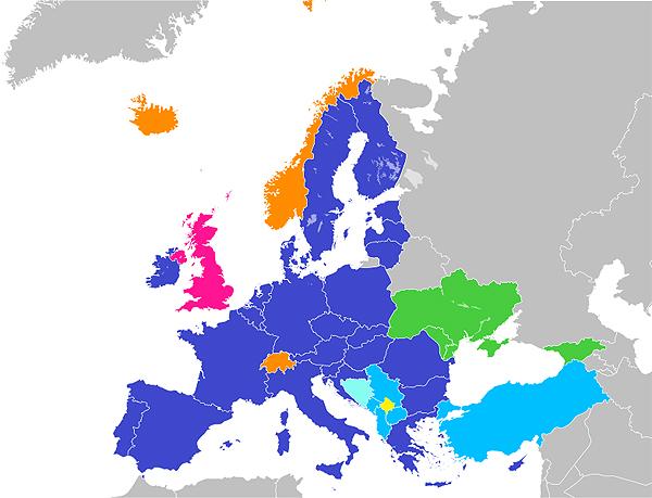 """Estados miembros de la UE (en azul). Estado miembro en proceso de abandono de la UE (en fucsia). El resto de colores: candidatos a adherirse a la UE, antiguos candidatos que cancelaron el proceso, etc) Autor/a de la imagen: Blank map of Europe.svg: maix¿? Further European Union Enlargement2.png: JLogan Derivative work: JCRules - Blank map of Europe.svg Further European Union Enlargement2.png Georgia, Moldova, Ukraine have """"European perspective and may apply to become members of the Union"""": European Parliament resolution of 17 July 2014 on Ukraine (2014/2717(RSP)) Fuente: Wikipedia"""