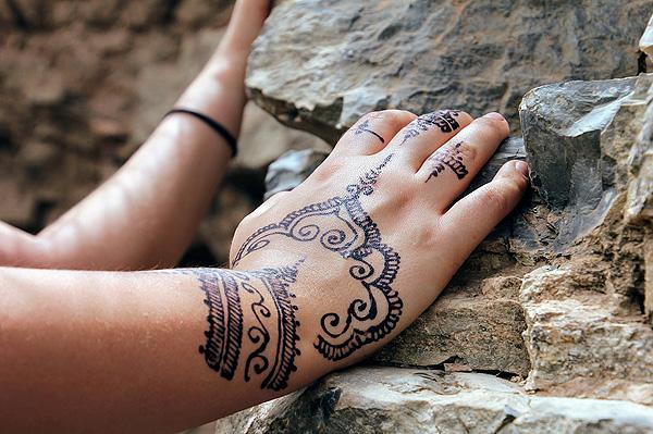 Un tatuaje de henna Autor/a de la imagen: Reisefreiheit_eu  Fuente: Pixabay / Creative Commons https://pixabay.com/en/hand-painting-henna-henna-painting-2465497/