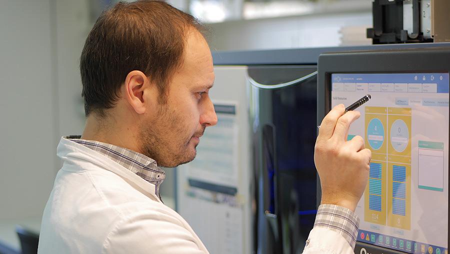 Un científico trabajando con el analizador Fuente: Cemcat / Hospital Universitario Vall d'Hebron / VHIR