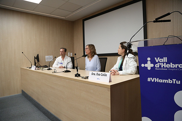 Presentación de los resultados, en la que intervienen los Drs. Antonio Gil y Eva Colás (a la dcha. de la imagen) Fuente: Hospital Vall d'Hebron / VHIR
