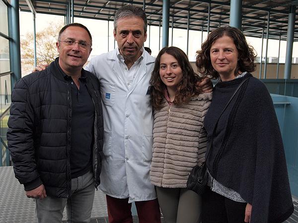 El Dr. Joan Carles Monllau con una de las pacientes tratadas y sus padres Fuente: Hospital del Mar