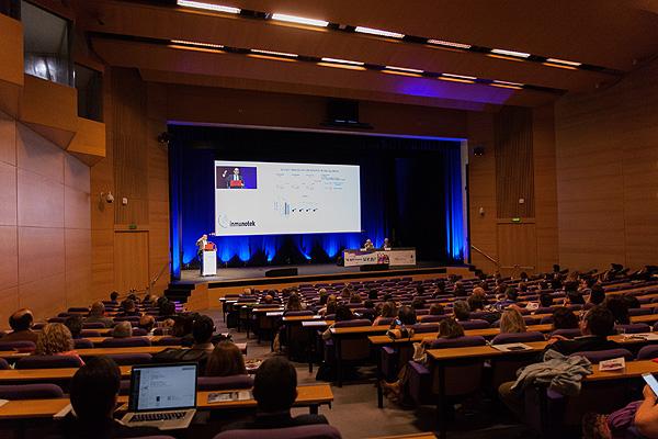 Escenario de la presentación Autor/a de la imagen: Raquel Ferrero Fuente: R. Ferrero / www.farmacosalud.com