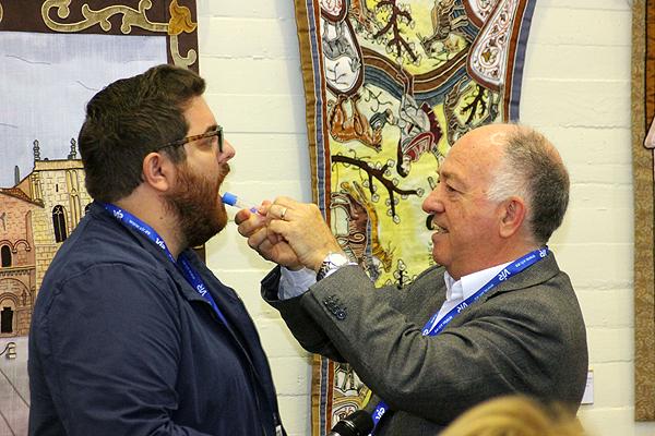 El Dr. Francisco Casas realizando una prueba con el nuevo dispositivo a un voluntario Fuente: www.farmacosalud.com