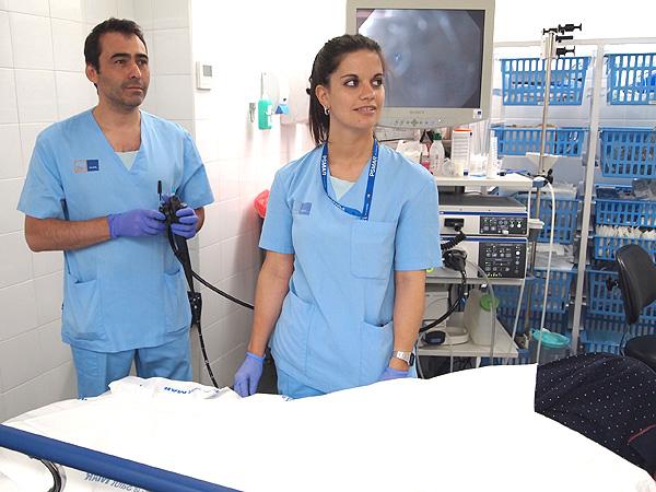El Dr. Marco Antonio Álvarez González, junto a una enfermera Fuente: Hospital del Mar