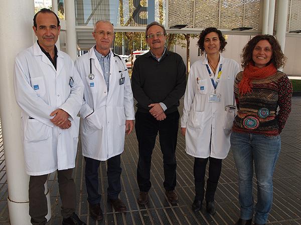 (de izq. a dcha): Drs. Joan Albanell, Ignasi Tusquets, Miguel López-Botet, Sònia Servitja y Aura Muntasell Fuente: Hospital del Mar