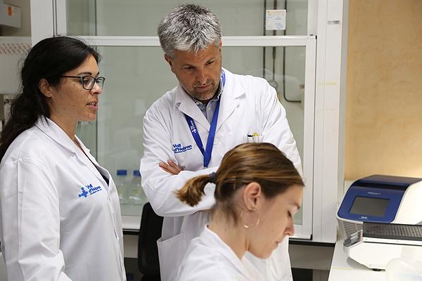 La  Dra. María José Buzón (a la izq. de la imagen), junto a otros investigadores Fuente: VHIR / Hospital Universitari Vall d'Hebron