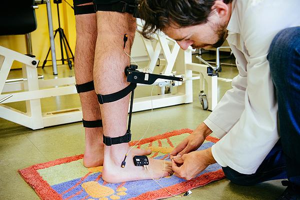 El Prof. Juan Andrés Martín, colocando sensores para realizar una prueba Fuente: ONCE