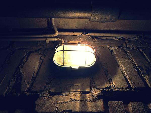 Lámpara en un subterráneo Autor/a de la imagen: Eryk Bojarsk Fuente: pixnio.com (Public Domain)