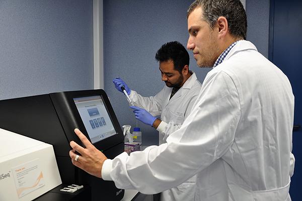El Dr. Iñaki Comas (en primer término de la fotografía) y el doctorando que ha llevado la investigación, Irving Cancino Muñoz Fuente: Dr. Comas