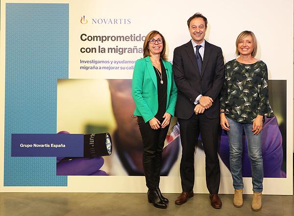 (de izq. a dcha.): Drs. Lupe Martínez (Directora Médica de Novartis España), Jesús Porta-Etessam y Santos Lasaosa Fuente: Novartis