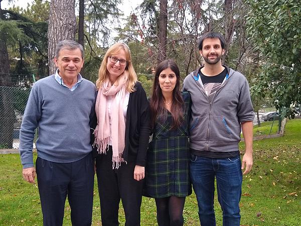 (de izq. a dcha): los científicos Juan Bueren, Elena Almarza, Cristina Mesa y Carlos Damián, del grupo que ha desarrollado el vector lentiviral junto con Diego León Fuente: CIEMAT / CIBERER / Centro de Investigación Biomédica en Red (CIBER) / Fundación Jiménez Díaz / Rocket Pharmaceuticals, Inc.