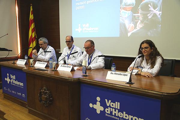 El Dr. Ferran Gran (primero por la izq.), junto con otros médicos que han participado en el tratamiento de la paciente pediátrica Fuente: Hospital Vall d'Hebron