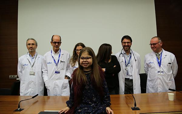 La niña, junto con los médicos Fuente: Hospital Vall d'Hebron