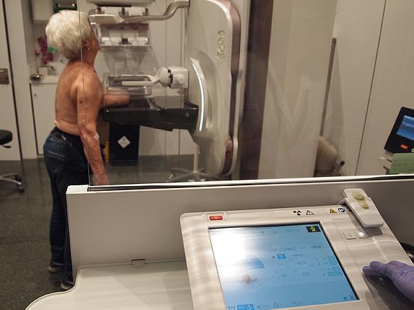 Una paciente durante una mamografía Fuente: Hospital del Mar