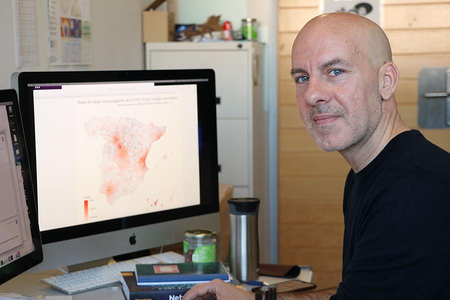El investigador Álex Arenas frente al modelo de predicción sobre el riesgo de nuevos contagios por coronavirus Fuente: URV