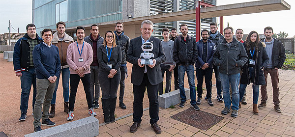 Jaume Saltó Albareda sujetando al robot, junto a otros colaboradores  Fuente: Grupo Saltó